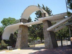 Acceso a la Universidad de Puiggari. CAP significa Colegio Adventista del Plata, nombre original de la  centenaria institución.